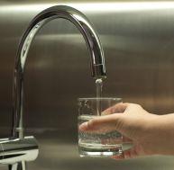Contrairement aux idées reçues, l'eau du robinet a de nombreuses vertus. Et n'a pas à rougir face aux eaux minérales en bouteille...