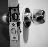 Serrure forcée durant un cambriolage © WarzauWynn / Flickr