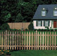 La clôture en bois a aussi un rôle décoratif