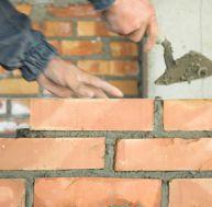 Construire un muret en brique pleine