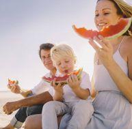 Manger des pastèques ou des fruits tels que des melons est recommandé, en cas de forte chaleur...