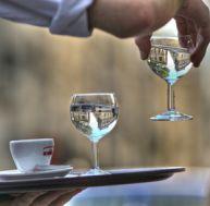 Méfiez-vous des verres d'eau servis au restaurant