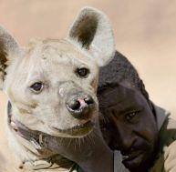 Chasseur Dogon avec une hyène - © Yann Dejardin