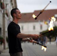 Un jongleur avec des massues de feu