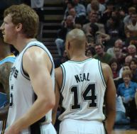 Au premier plan, de profil, le joueur de basket made in NBA Matt Bonner - wikimedia commons / Zereshk