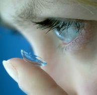 Mettre des lentilles de contact