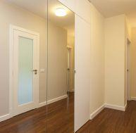 Installer des rangements sous les combles for Poser une porte de placard