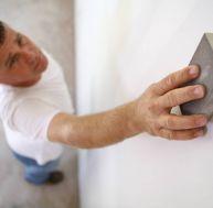 Poncer une plaque de plâtre