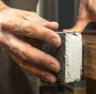 Effectuer un ponçage manuel des meubles en bois
