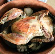 Poulet rôti en brique en terre