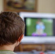 Surveiller un enfant qui regarde la télévision