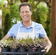 Un vendeur en jardinerie avec des pots de fleurs