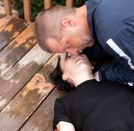Agir face à une victime inconsciente qui respire