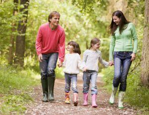 Marcher en forêt en famille