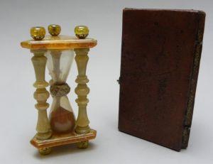 Sablier en ambre et son étui (18ème siècle)