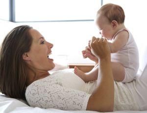 Bébé : placez-vous à 30 cm de lui pour qu'il perçoive votre sourire