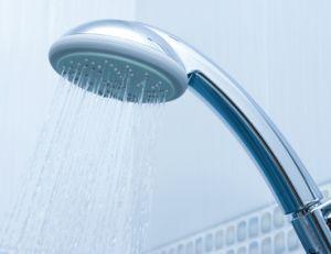 Jet de douche avec eau chauffée grâce à un ballon thermodynamique