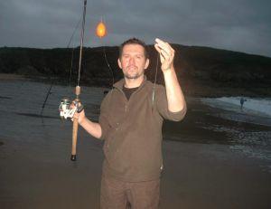 La nuit arrive, ce pêcheur s'apprête à pêcher au lançon