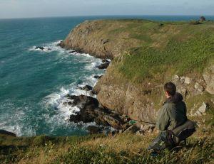 Ce pêcheur attend l'arrivée des chasses depuis une hauteur