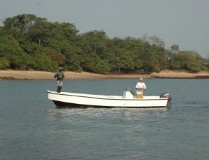 Dans un bon camp de pêche, un bateau fonctionnel vous attend
