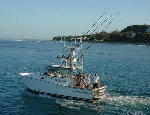 Un bateau bien équipé pour la pêche au gros