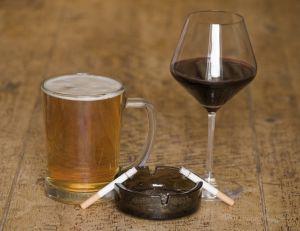 Des chercheurs auraient compris pourquoi l'alcool augmente l'envie de fumer