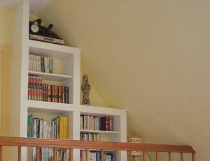 Aperçu d'une bibliothèque sous pente conçue à l'aide du système Kinook