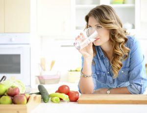 Boire de l'eau avant chaque repas facilite la perte de poids