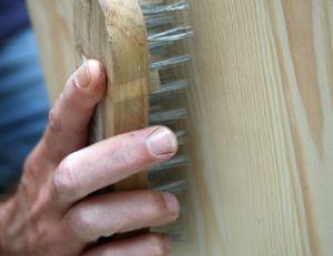 Brosser le meuble en bois