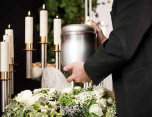 Le choix entre inhumation et crémation