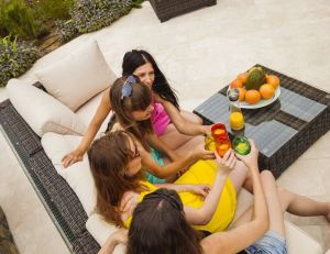 Rien de tel qu'un coin bar dans votre jardin pour partager des moments conviviaux