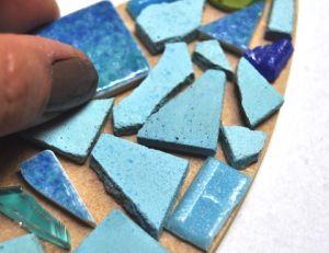 Coller les tesselles sur la mosaïque