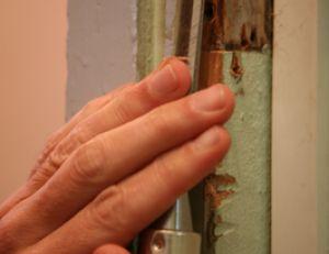 Enlever le bois en trop avant de changer de serrure