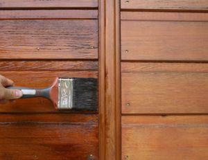 Décaper une porte en bois