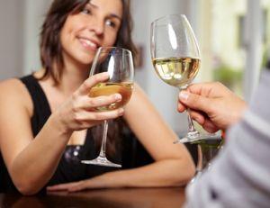 Les soirées speed dating offrent à leurs participants la possibilité d'échanger et de séduire en quelques minutes.