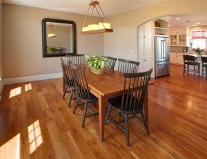 Comment réaliser un entretien de ses meubles de salle à manger en bois ? / iStock.com -James Brey