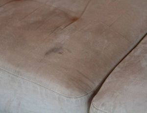 Conseils et astuces pour enlever les taches sur les coussins et les plaids