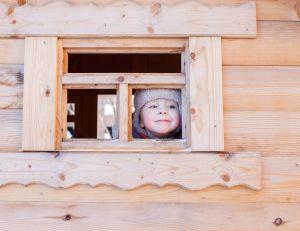 Construire soi-même une maisonnette pour enfant dans le jardin