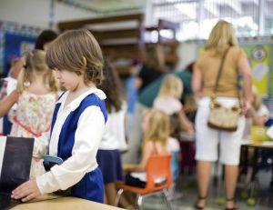 De plus en plus de municipalités font payer des amendes aux parents venant chercher leurs enfants trop souvent en retard...