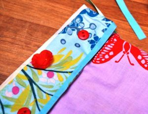 Savoir customiser une pochette avec du tissu adhésif