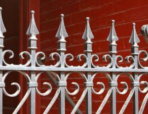 Décapage d'un portail métallique