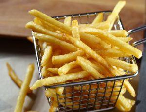 Depuis 10 ans, l'association Roule Ma Frite transforme l'huile de friture en carburant/ iStock.com - 4kodiak