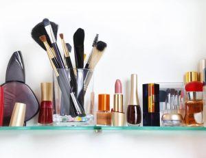 Des astuces pour organiser et ranger ses accessoires make-up / iStock.com -vnlit