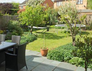 Des id es pour entretenir un trampoline install dans le for Le jardin high wine