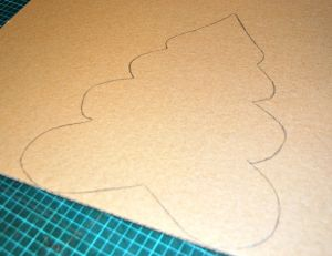 Dessiner les contours de votre sapin en carton