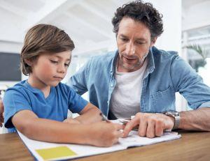 Devoirs à l'école : les parents pourront continuer à travailler avec leurs enfants
