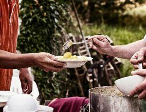 Défis Facebook : à Sarcelles, des jeunes distribuent des repas aux migrants.