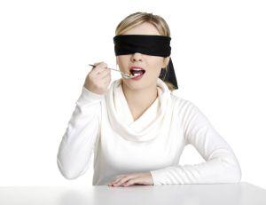 Une étude pointe les bienfaits en matière de satiété, lorsque l'on s'alimente à l'aveugle