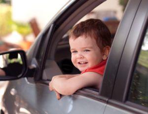 Enfant en voiture : à quel âge peut-il monter à l'avant ?