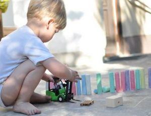 Jusqu'à 6 ans, les enfants tirent généralement la langue lorsqu'ils se concentrent